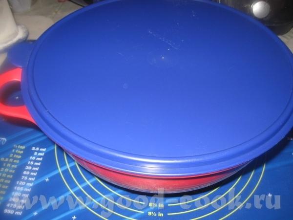 Далее, как обычно, начинаем руками месить тесто, добавляя понемногу ( по мере необходимости) муку - 4