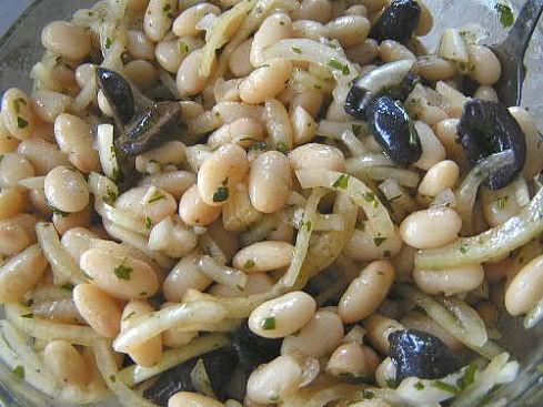 Фасолевый салат с маслинами