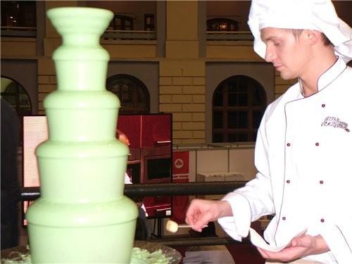 Это шоколадный фонтан, повар обмакивал кусочки бананов и ананасов на шпажке в этот фонтан и давал ж...
