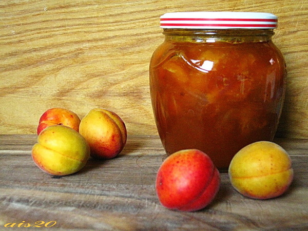 Абрикосовый джем с кусочками абрикосов
