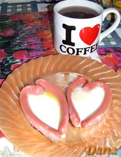А у нас на завтрак была сердечная яичница от Марины(Emerald) и зерновые булочки с сыром и говядиной...