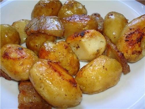 МОЛОДОЙ КАРТОФЕЛЬ С ШКВАРКАМИ Картофель почистить, сбрызнуть растительным маслом, посолить и припра...