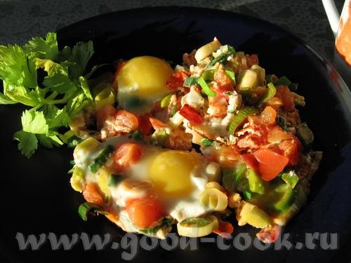 вот такой тёплый завтрак: яичница с томатами и луком-пореем я люблю жидковатый желток
