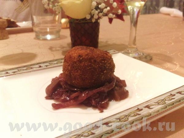 Жареное фуа-гра с соусом из винограда Пончики из сыра дор блю с луковым конфитюром - 2