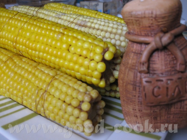 А я вам вареной кукурузки принесла, люблю я ее, правда только молоденькую, вон она в серединке выгл...