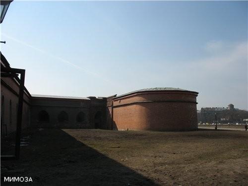 Это уже стены крепости снаружи, когда вы выходите из этих ворот