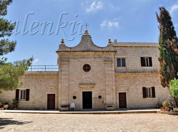 Пройдя чуть дальше,перед нами открывается небольшая церковь и в полный рост статуя пророка Ильи, с...