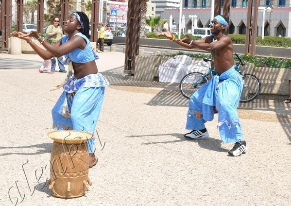 Здесь бродячие артисты развлекают своим африканским фольклером проходящих по набережной отдыхающих... - 2