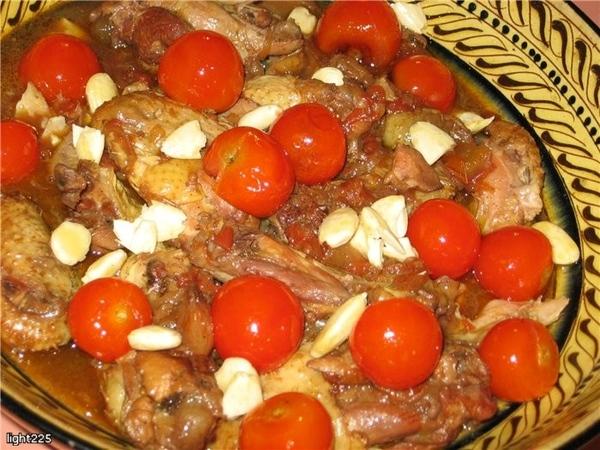 Марокканское жаркое из курицы с помидорами, медом и кишмишем (изюмом) Это жаркое подают в ресторане...