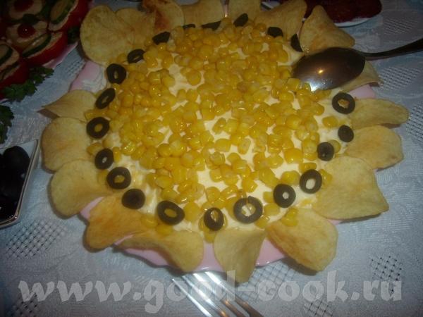 САЛАТ ПОДСОЛНУХ Слоеный салат : скумбрия консервированая- яйцо вареное-сыр твердый, все перемазывае...