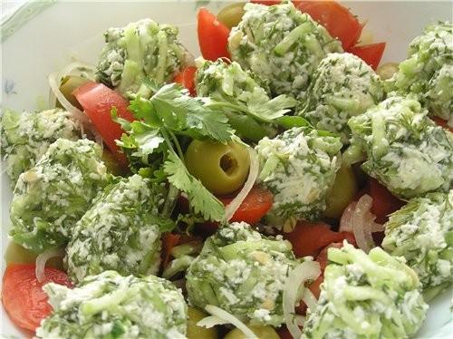 Салат из помидоров с огуречно-брынзовыми шариками 5 помидоров, 150 г оливок без косточек, половина...