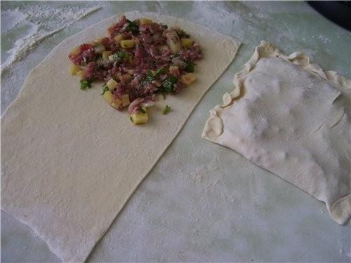 Каждую часть теста раскатываем тонко(2мм) Ложим начинку и на сковороду(жарить на масле) Жарить необ...