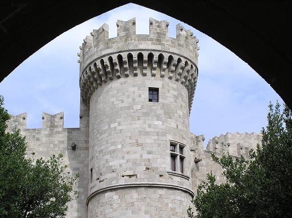 Красивый дворик: Вид на крепость из-под арки: Просто очень вид понравился: - 2