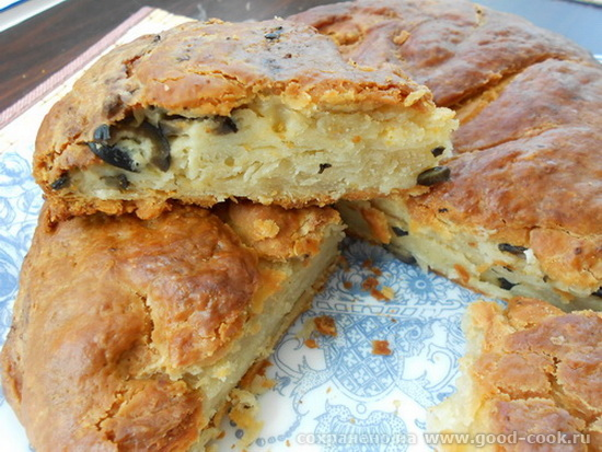 пирог из слоеного теста с творогом и оливками
