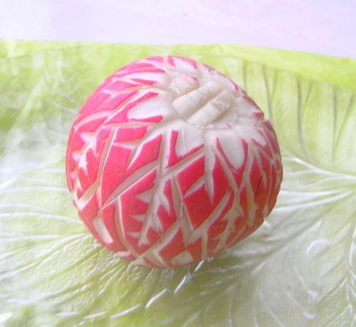Нашла и я такую редьку и сделала новогодний шарик, почему-то