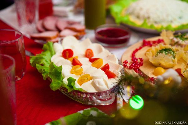Моцарелла с клюквенным кисло-сладким соусом