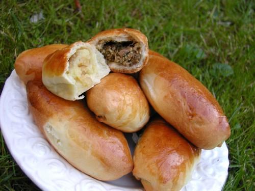 Бабушкины пирожки 30 гр свежих дрожжей 500 мл молока 150 гр масла 1 яйцо 500 гр муки (примерно) 1 с...