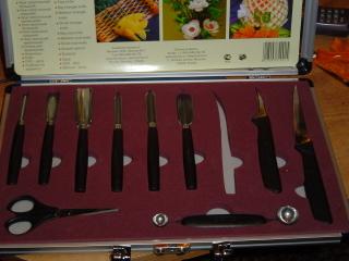 1.Это основной нож - тайский.Он будет помощником в самых трудных узорах на всех овощах и фруктах