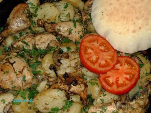 Вот обещанное фото моего вчерашнего обеда - Курица с картошкой и грибами (шампиньонами), и пита