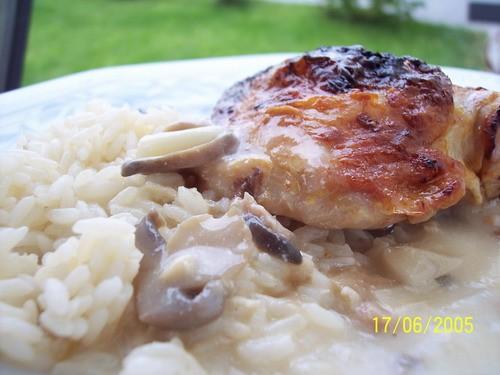 вот наш скромный обед курочька, рис и подливка с грибами