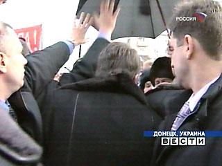 Ющенко ДЕЙСТВИТЕЛЬНО произвел фуррор в Донецке - ЕГО ЗАБРОСАЛИ СНЕЖКАМИ ну, раз в Януковича яйцами...