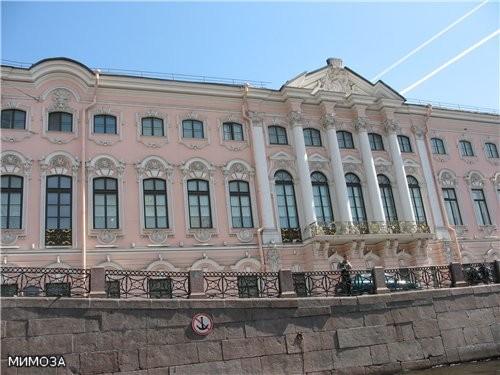 Вот интересное здание - это мы уже проплыли под Невским проспектом - Строгановский дворец