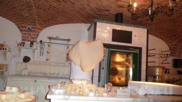 Парень-пекарь был очень весёлым, рассказывал как делать коротко и ясно на немецком и сразу на англи...