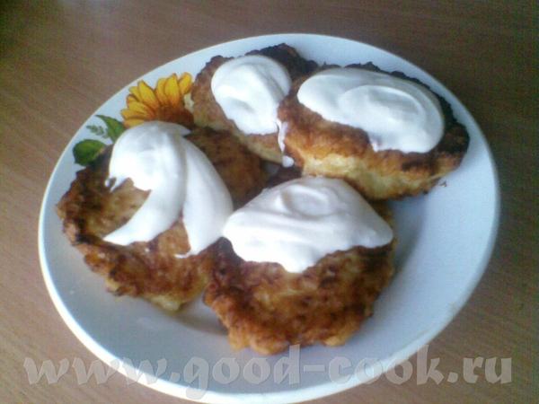 А это для тех, кто сладкое не очень любит - простое крестьянское блюдо -оладьи из кабачков со смета...