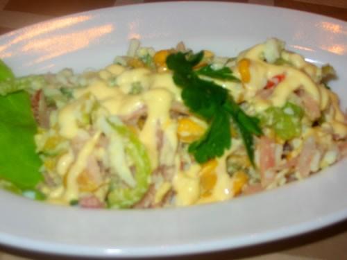 "салатик "" Наслаждение Ветчина яйцо маринованный огурчик кукуруза перец сладкий майонез"