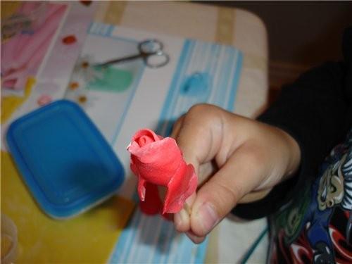 Насаживаем цветочек на зубочистку с высохшей основой и один из лепесточков поднимаем и оборачиваем... - 2
