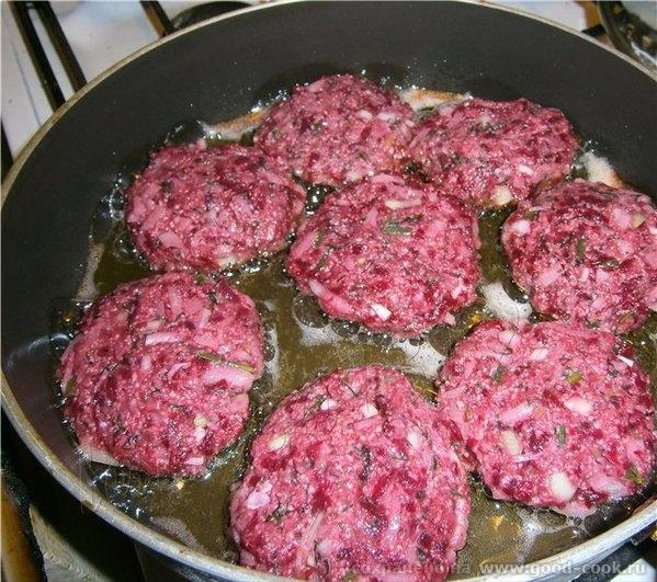 Бифштекс а-ля Линдстрем Понадобится: 500 г говяжьего фарша 1 большая печёная свёкла 1 луковица 1 ст - 2