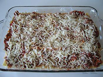 Повторить с 4 пластинами лазаньи, остатком сырной смеси, 1 чашкой томатно-мясного соуса и 2/3 чашки...