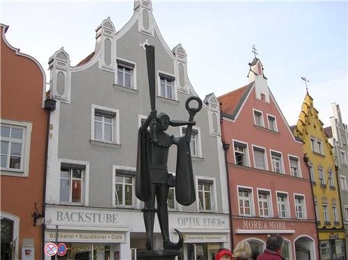 А это и памятник и фасады