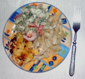 """Сегодня у нас была куриная грудка с сыром и грибами , макарошки, салатик, а к чаю пирог """"бабушкины..."""