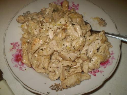 Куриное филе в сметане 3 куриных филе 1 луковица 3 ст л сметаны 1 ст л воды соль, перец, базилик Фи...