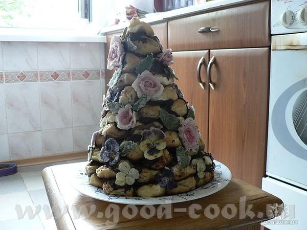 Крокембуш (Французкий свадебный торт), украшен живыми (засахаренными) цветами