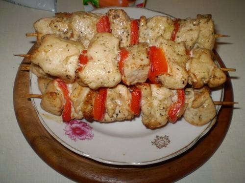 Аппетитные шашлычки На 5 шпажек: 4 куриных филе 1 красный сладний перец соль, перец, сушоный базили...