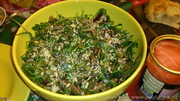 овощной салат с семечками и зеленью