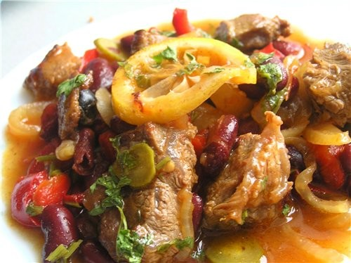 Азу из телятины с красной фасолью, маринованными огурчиками и лимоном Свиное филе, запеченное с рат...