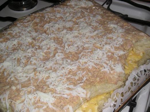 Салатный торт Нам понадобятся: слоеное тесто (готовое) морковь орехи чеснок майонез плавленный сыр...