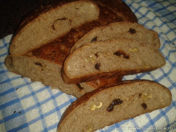 Хлеб из ржаной муки с орехами и черносливами.