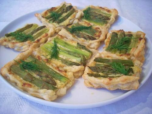 Тарталетки со спаржей и сырным соусом