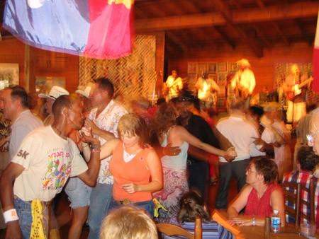 Там же находится танц-холл, где продают пиво и местный народ танцует под музыку zydeco (произноситс... - 2