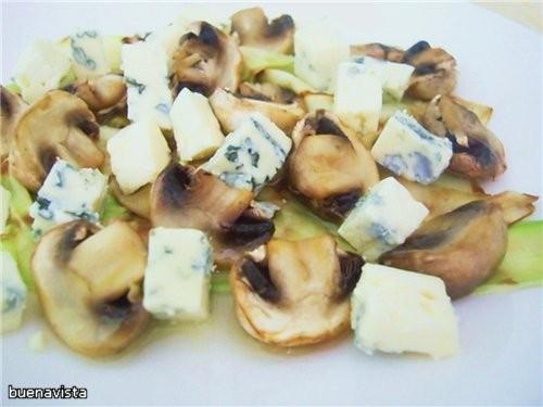 Салат из цукини, голубого сыра и шампиньонов Источник: журнал «Гастроном», март 2009 год 6-8 порций...