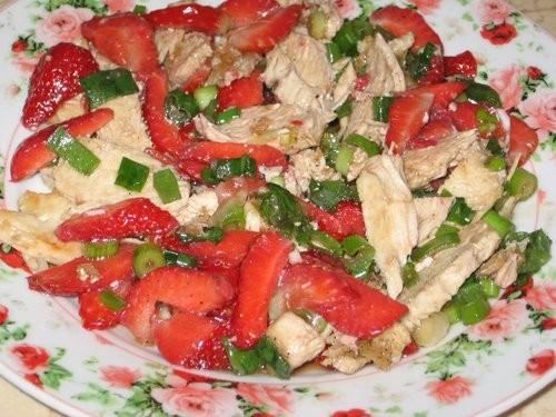 Салат с курицей и клубникой от Вalерия Никакая по вкусу клубника идеально подошла, очень вкусно - 2