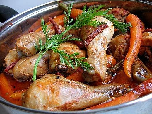 тушеная курица с морковью 1 курица (брала только голени) 600 гр молодой морковки 125 гр копченой ко...