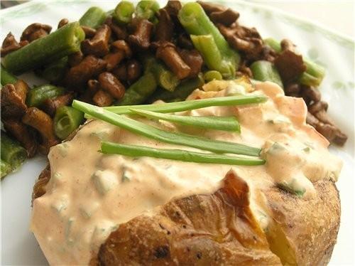 Печеная картошка с начинкой из творожного сыра и теплым салатом из зеленой фасоли и лисичек