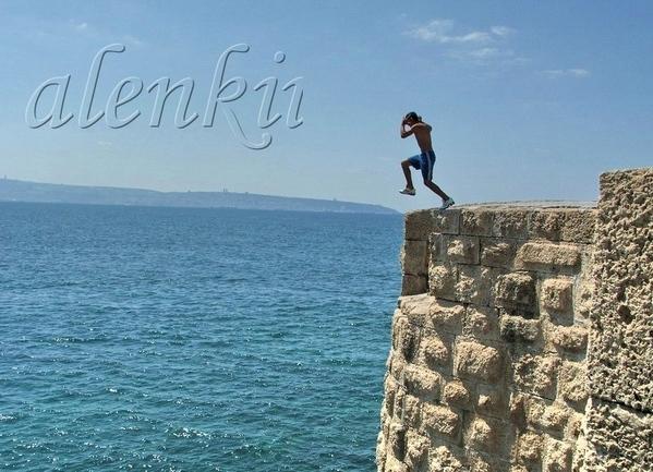 А с этой стены когда-то местные мальчишки прыгали в воду