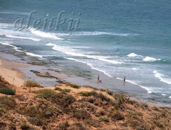 С высоты вдали можно разглядеть пляж - 2