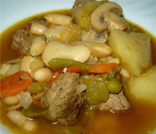 Масло оливковое наливаем, разогреваем и добавляем куски мяса (соль, перец) обжариваем мясо до румян... - 6